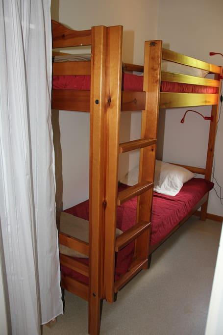 chambre cabine avec penderie et fenêtre