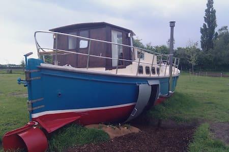 Boat stranded on land ! - Heusden Gem Asten - Vene