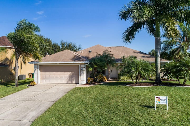 Wischis Florida Vacation Home - Tropical Lakeside in Cape Coral