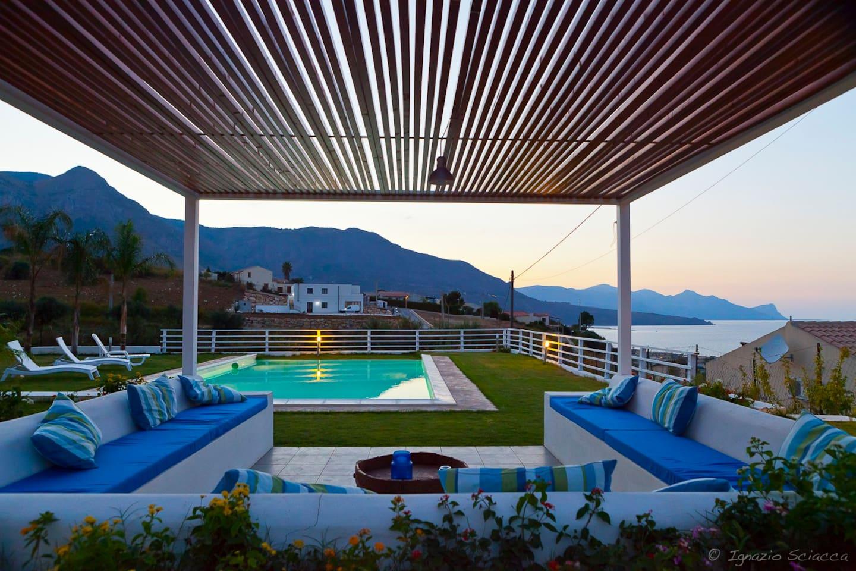 Area relax, piscina e solarium vi permetteranno di rilassarvi cullati dalla brezza marina