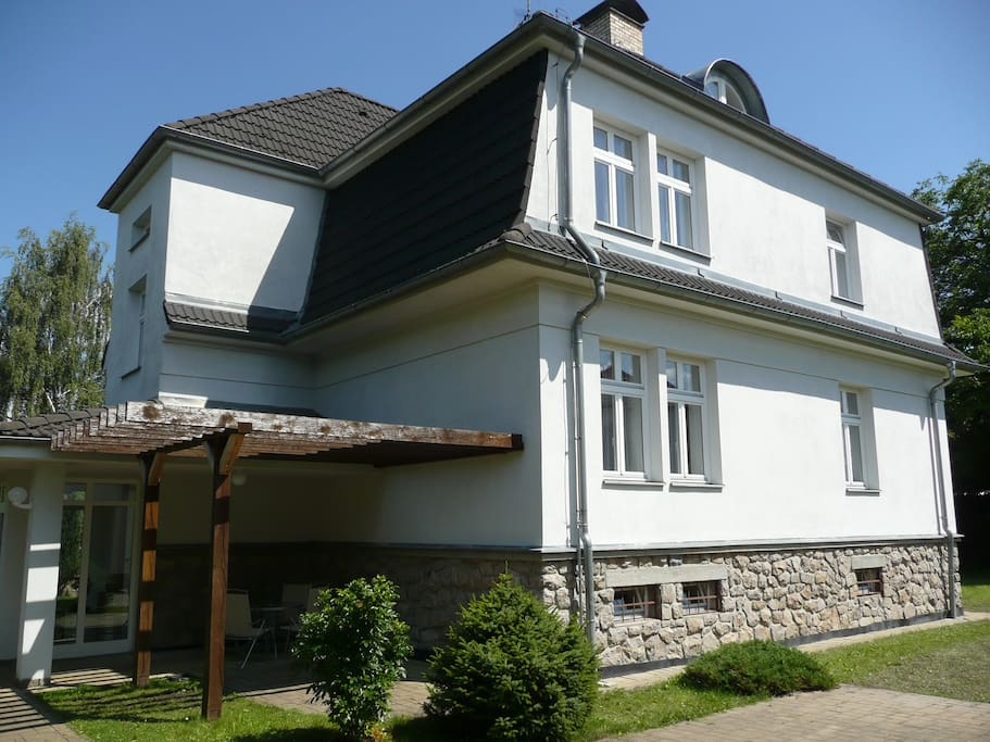 Vila Třeboň - venkovní posezení pod pergolou s grilem