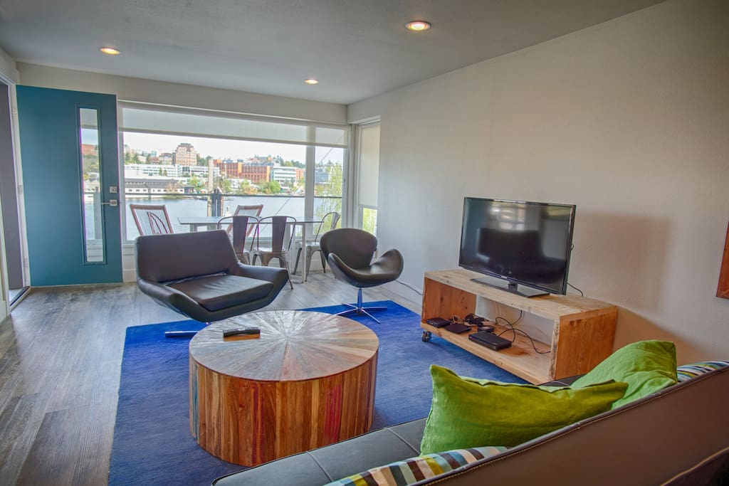 Comfortable open living room and dining room table with a view out over the deck