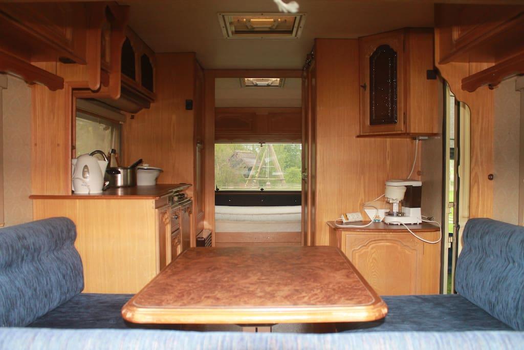 Zitgedeelte, keuken en slaapkamer achterin