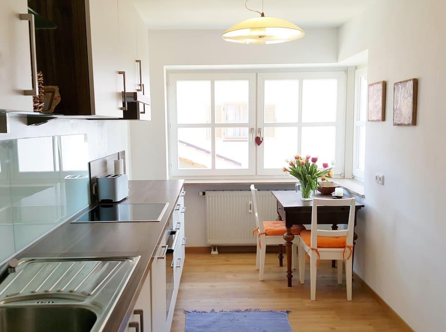 Küche mit Essplatz am großen Fenster (und Blick auf Balkon)