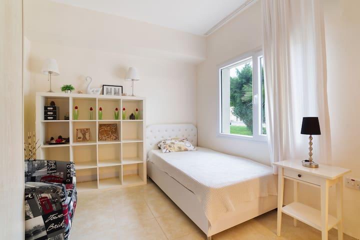 Вторая спальня для одного взрослого . Кондиционер . Шкаф для одежды и белья .