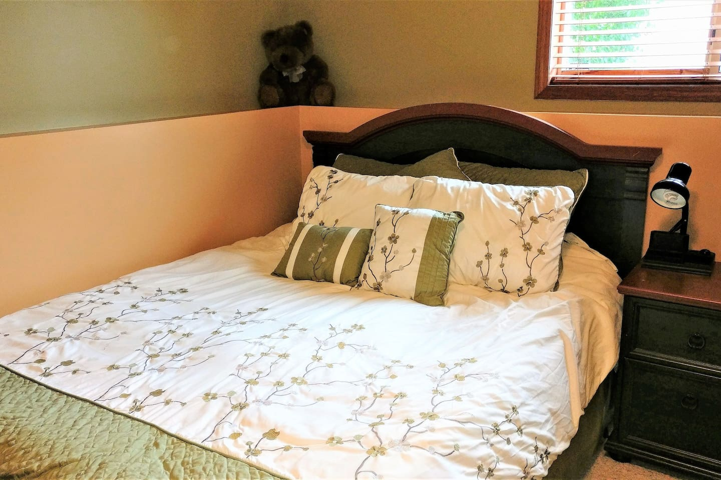 Super comfy queen-sized bed with goose feather duvet.  Blankets and other bedding are available if you have allergies.  The bedroom is on the lower floor so you have the entire space to yourself.