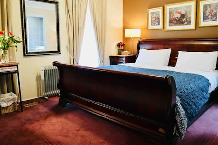 Spacious Master Room/Ensuite/King Bed/ 20' Airport
