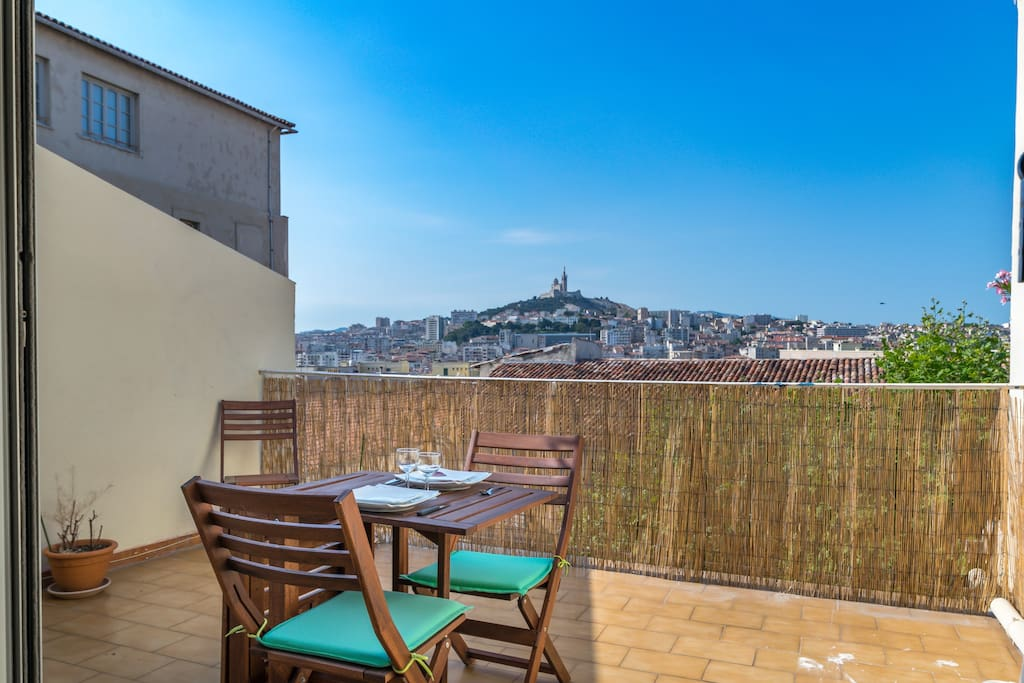 Spacious terrace with its beautiful view of Marseille