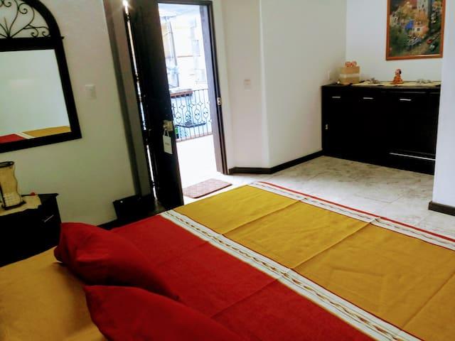 Habitaciòn nùmero 5, cuenta con un agradable corredor que permite disfrutar de la vista al patio central.
