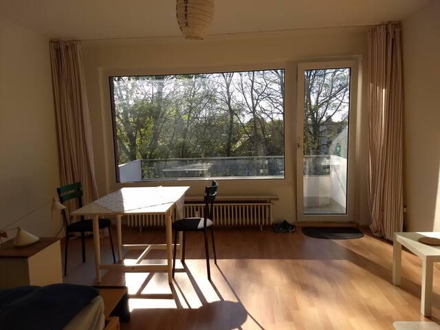 """Großes, helles Zimmer, Blk., 2er WG """"W.-Pendler"""""""