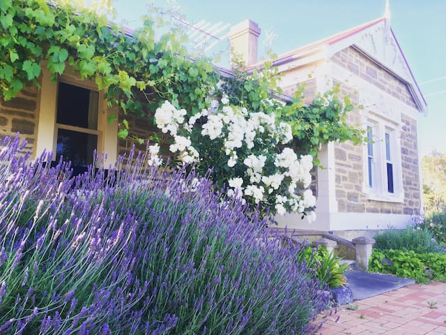 Heritage cottage with vineyard views