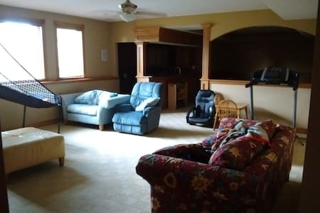 Spacious downstairs near interstate - Waukee - Hus