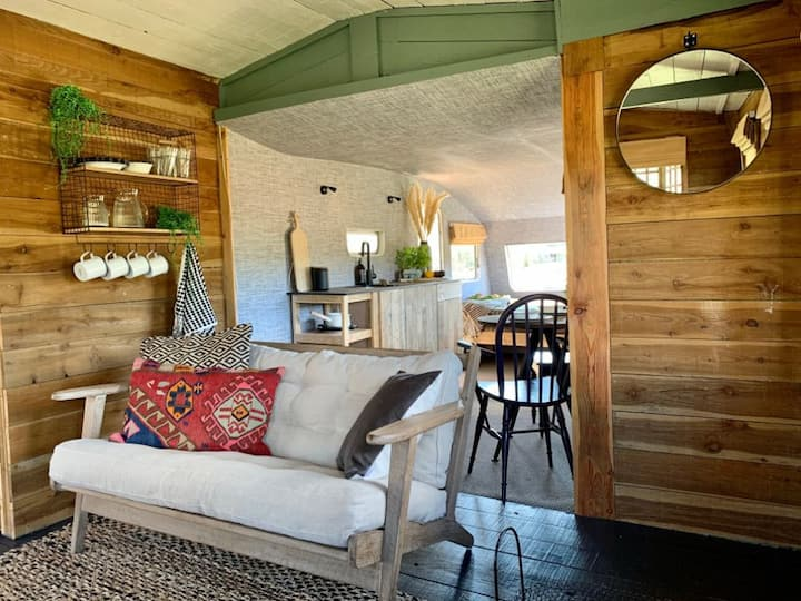 Fishing Hut: quirky river cabin for 1-3