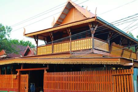 Fahsai Homestay Cozy near BRT Thai antique style - House