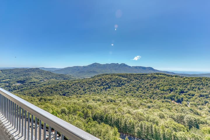 Beautiful furnished mountaintop condo w/shared pools, hot tub, & a sauna!