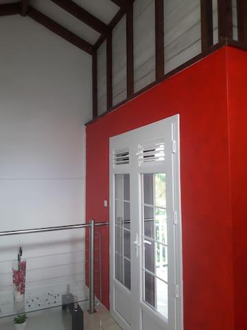 L'intérieur du loft avec son rouge chatoyant