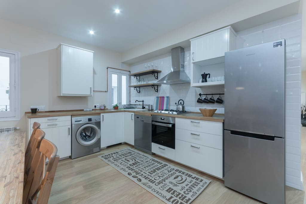 Fully equipped kitchen with an open design.