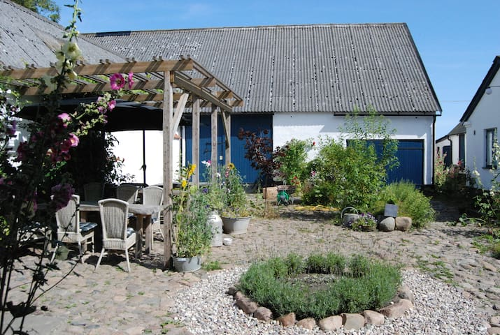 newly renovated farm apartment - Löderup - Daire