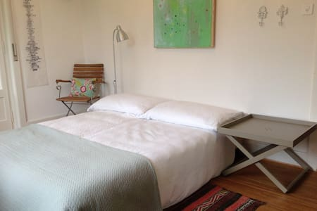 Studio/Küche und Schlafzimmer mit Badezimmer