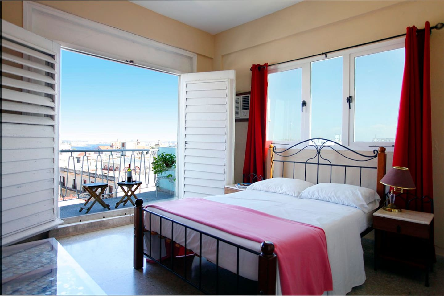 Spacious room with nice view to the bay