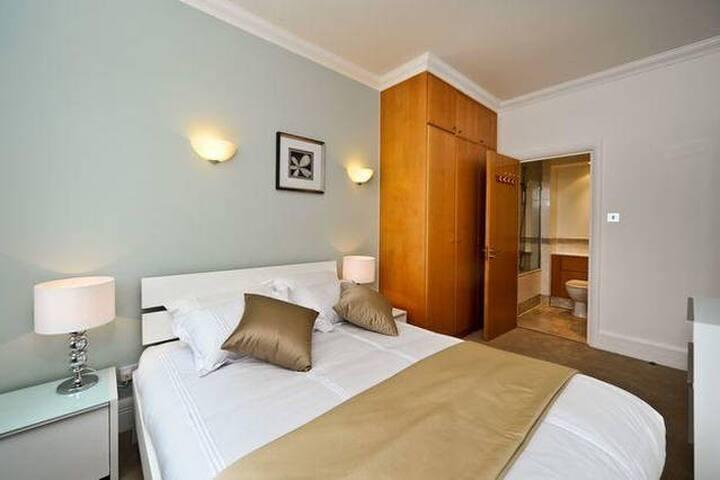 Private Ensuite Bedroom (kingsize bed)