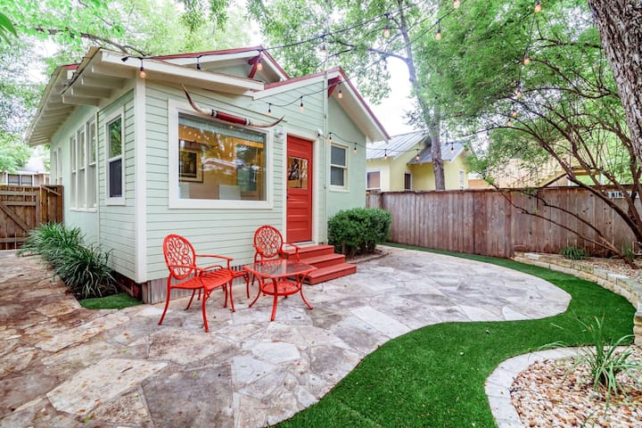 The Perfect Couple's Getaway! 2 blocks from the Square: Walk to shopping & dining. Relaxing Yard.