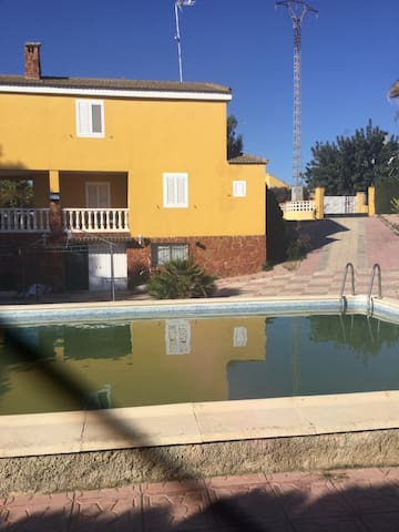 Estupenda casa de tres pisos - Monte Rosado