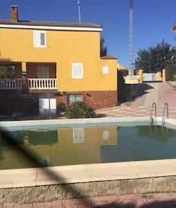 Estupenda casa de tres pisos - Monte Rosado - Talo