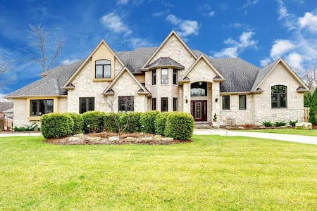Luxury Home in Oak Brook Area - Downers Grove - บ้าน