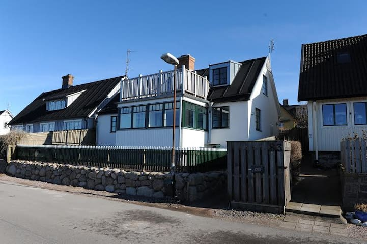 Familyfriendly house directly by the sea