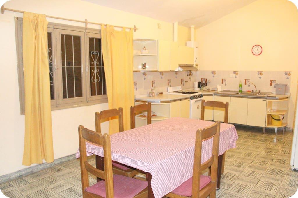 Cocina-comedor (lavadero, estantes, horno, heladera grande, calefón, utensilios)