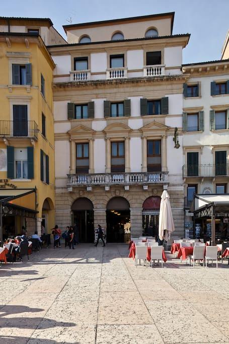Ingresso di Palazzo Faccioli, Piazza Bra 10 Verona. Entrance in Palazzo Faccioli. Eingang in Palazzo  Faccioli