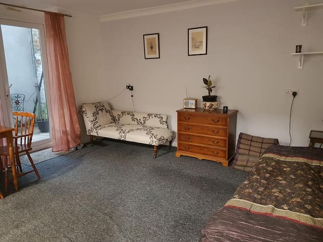 Basement Flat close to sea front and cafes