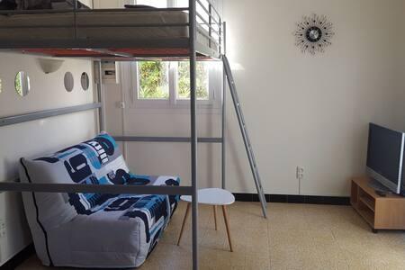 studio climatisé à 30 mètres de la plage