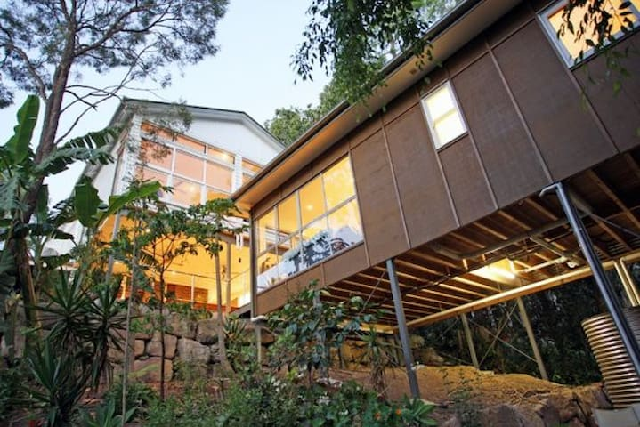 Leafy Cottage Retreat 4km from CBD  - Bardon