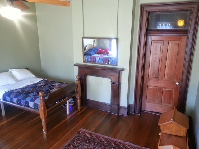 Kids' Room- The Queen & I Bnb - Crawfordsville - Bed & Breakfast