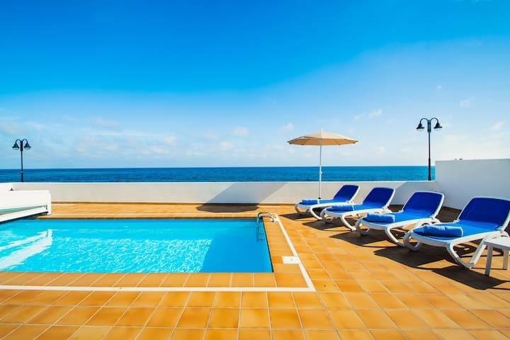 Bonita casa con piscina a primera línea de mar