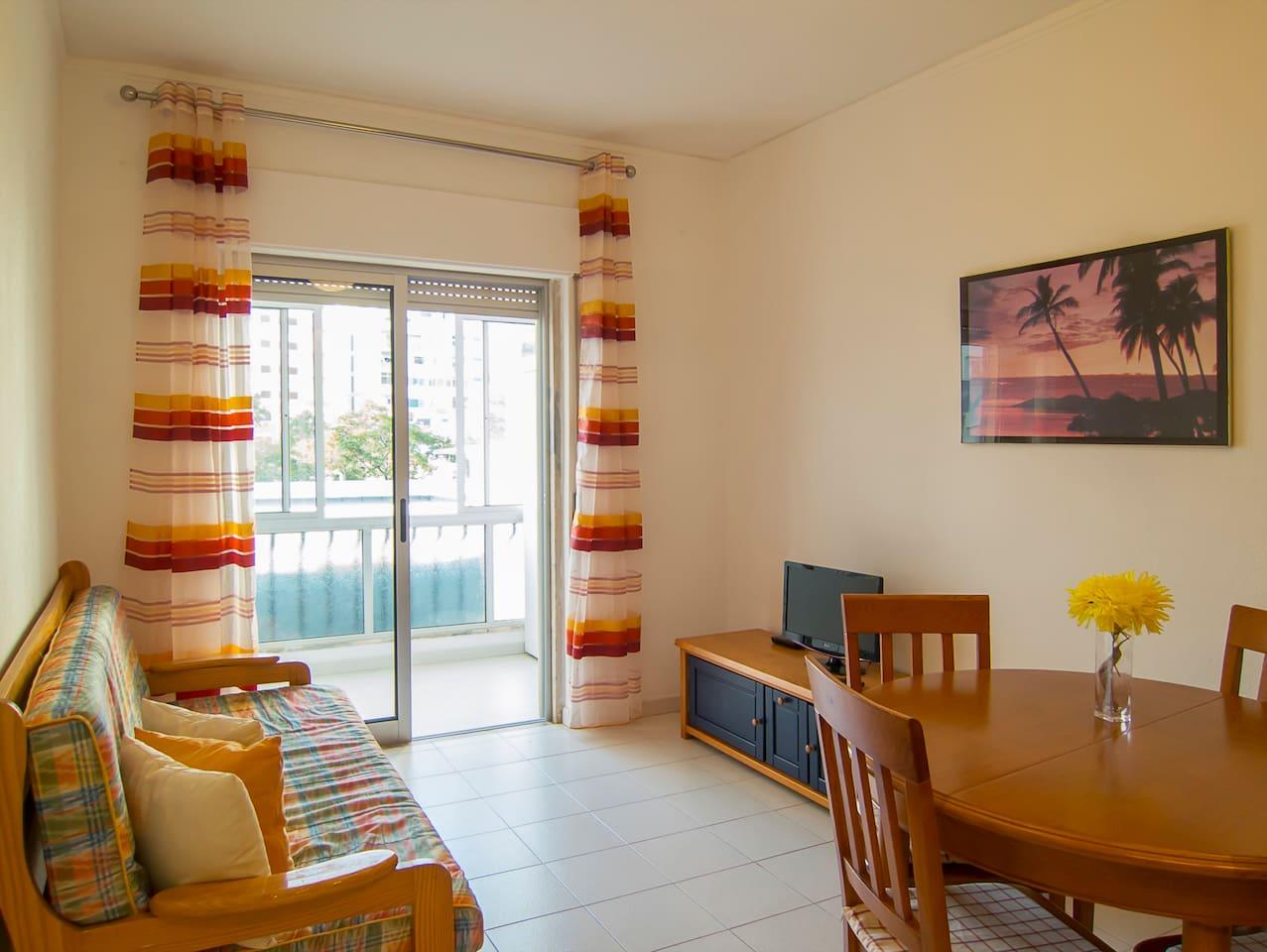 Sala de estar com sofá-cama duplo | Living room with double sofa-bed | Sala de estar con sofá-cama doble | Salon avec canapé-lit double | Wohnzimmer mit Doppelschlafcouch