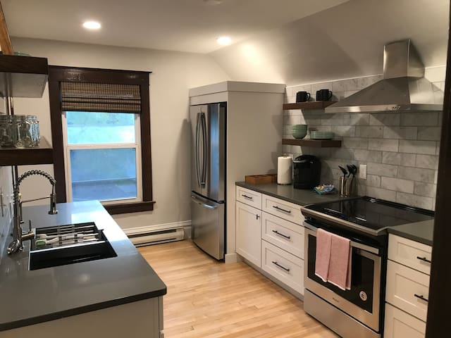 Remodeled Top Floor Apartment near Downtown
