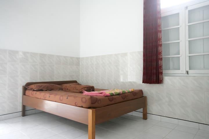 Kurnia Homestay B - yogyakarta - House