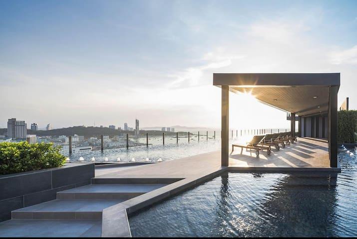 顶级奢华的condos 位于市中心 顶楼有无边天空泳池 摩托免费提供