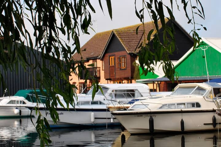 Waterfront Cottage in heart of Wroxham