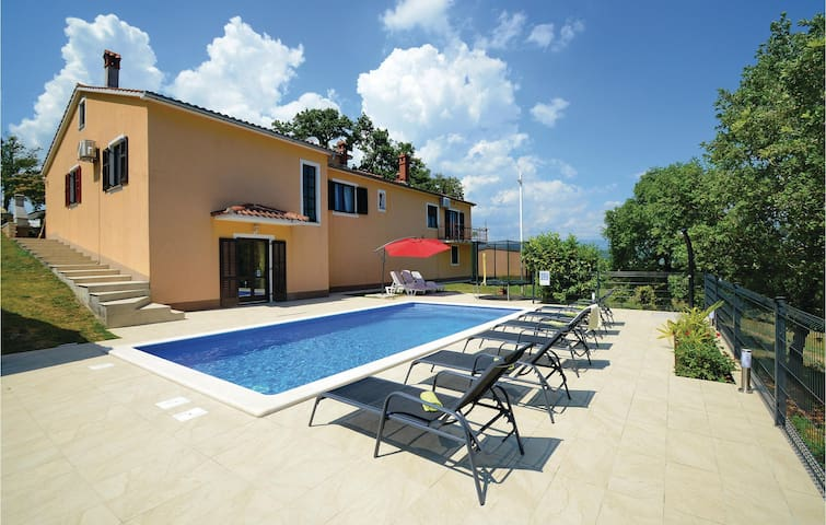 Holiday cottage with 4 bedrooms on 216 m²