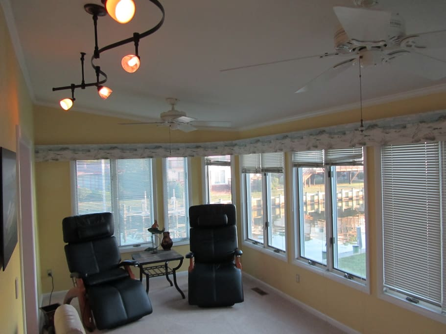 TOP LEVEL FLA ROOM W. CANAL VIEWS