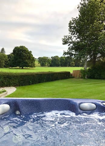 Relaxing Lodge with Jacuzzi