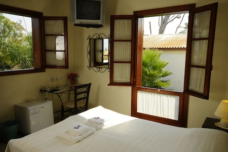 Hapina Shel Michal-Double room - Mazkeret Batya - Bed & Breakfast