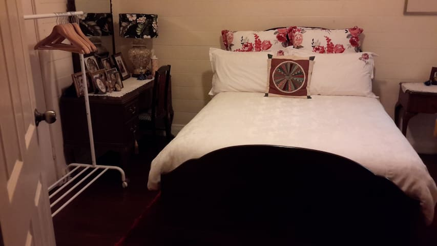 Comfy Double Room in Central Mullum - มูลลัมบิมบี
