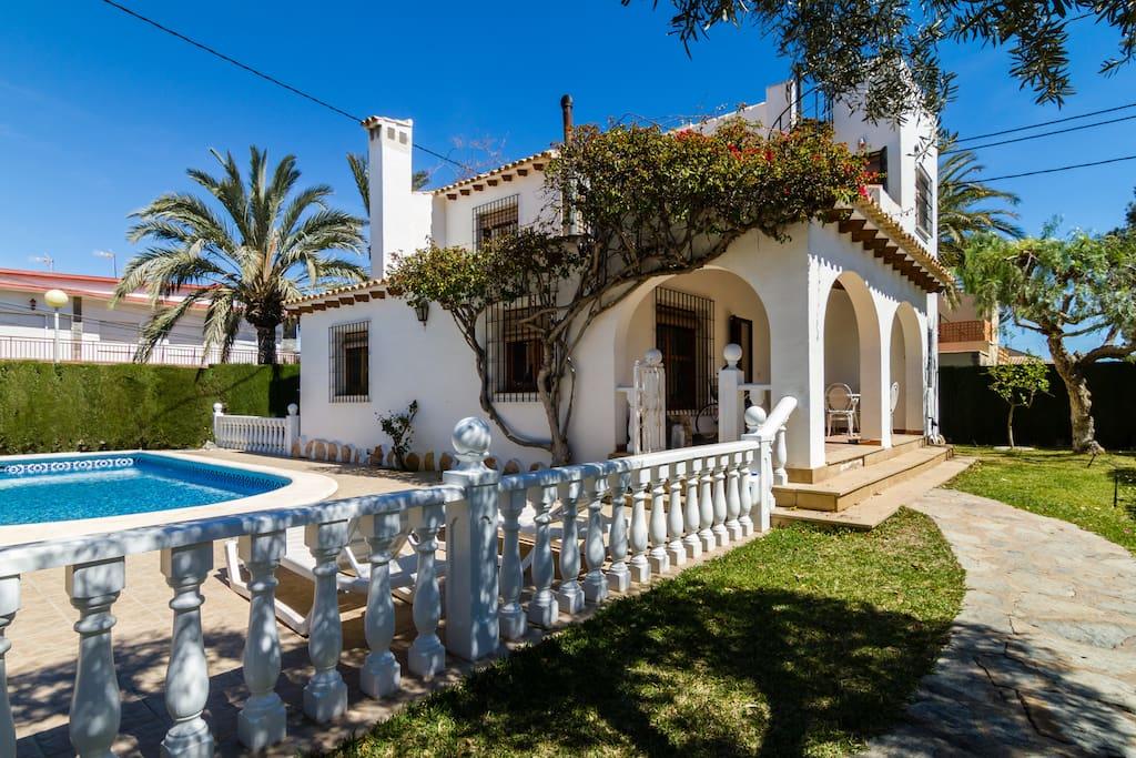Chalet con piscina privada villas en alquiler en for Alquiler villas con piscina privada