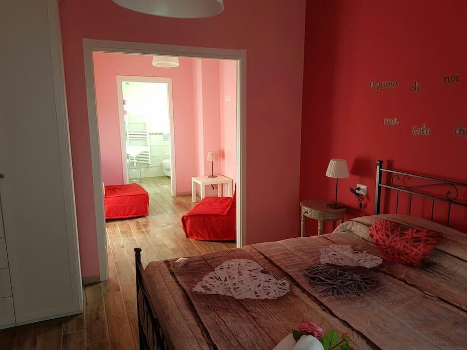 Piccolo soggiorno della Suite La Rosa, con due poltrone letto con porta scorrevole che separa dalla matrimoniale