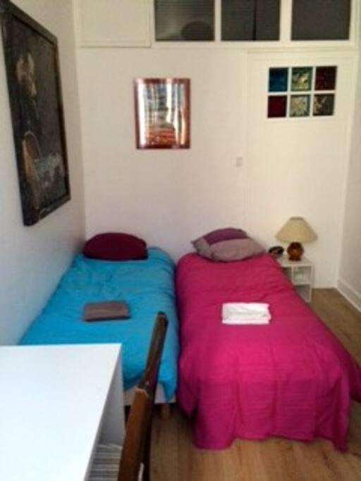 Chambre lit 2 personnes (avec possibilité de les rarpprocher) avec bureau, grande fenêtre vue sur forêt du fort de Bayonne et grande armoire 2 personnes.